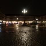 雨降る夜の街を歩きつつ、マドリード=バラハス空港へ向かう