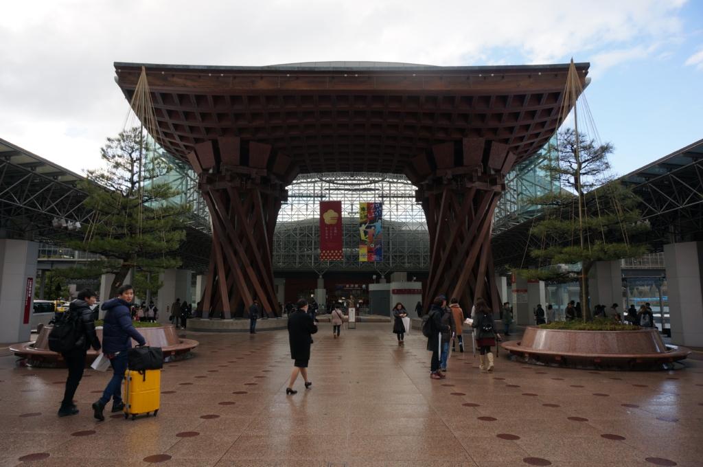 立派な作りの金沢駅鼓門を見たあとは、NH758便で小松から東京へ