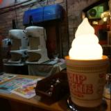 ミュージアム限定!カップヌードルの味がするソフトクリームを食べる
