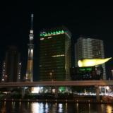 浅草駅前の吾妻橋は闇夜に映えるスカイツリーと金の炎の撮影スポット
