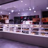 チョコレート会社のパン屋!ロイズ新千歳空港店併設のベーカリーで焼き立てパンを食べる