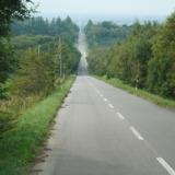 どこまでも道が続くような絶景!知床・斜里町にある約18kmの直線道路「天に続く道」へ