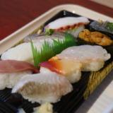 大洗水族館フードコートにある寿司屋「すしの丸藤」で握りセットを食べる